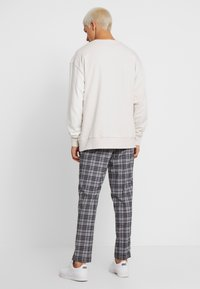 FoR - BAND GRAPHIC CHECK - Trousers - grey - 2