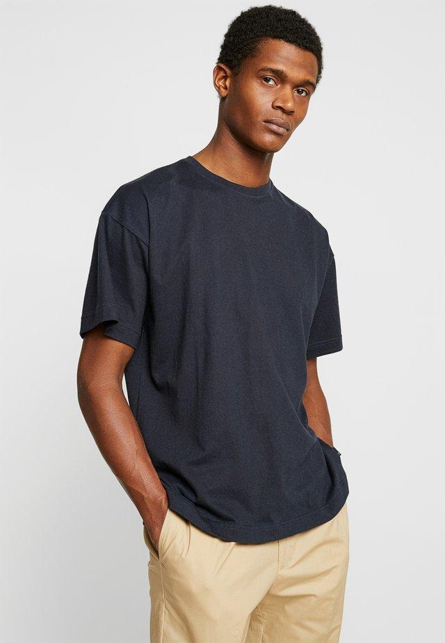 NOOR DROP SHOULDER TEE - T-shirt basic - navy