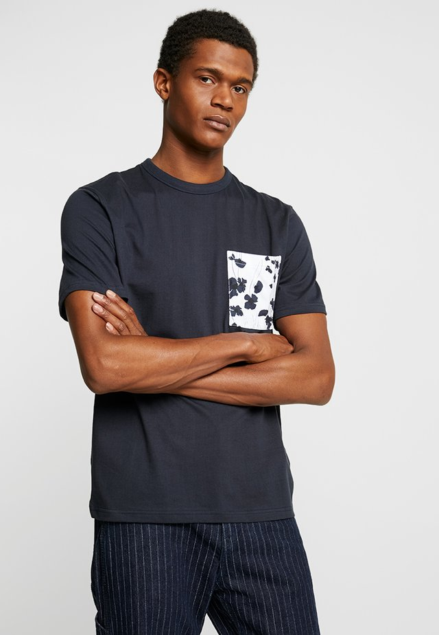 ROLF POPPY POCKET TEE - T-shirt con stampa - navy