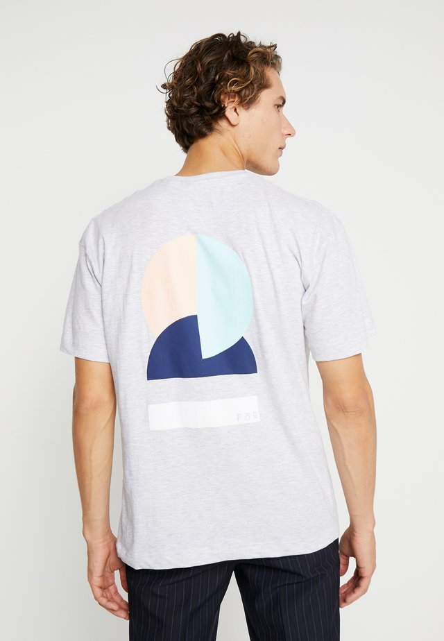 BOLD GRAPHIC TEE - T-shirt print - mid grey