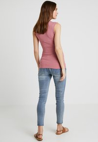 Forever Fit - EXCLUSIVE DISTRESSED ANKLE GRAZER - Jeansy Skinny Fit - vintage wash - 2