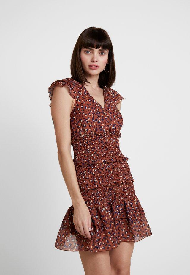 LUNA SMOCKED DRESS - Denní šaty - metallic red