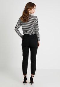 Forever New Petite - MINDY PANT - Kalhoty - black - 2