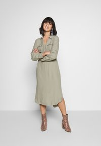 Forever New Petite - IMOGEN SAFARI SHIRT DRESS - Day dress - gentle khaki - 0