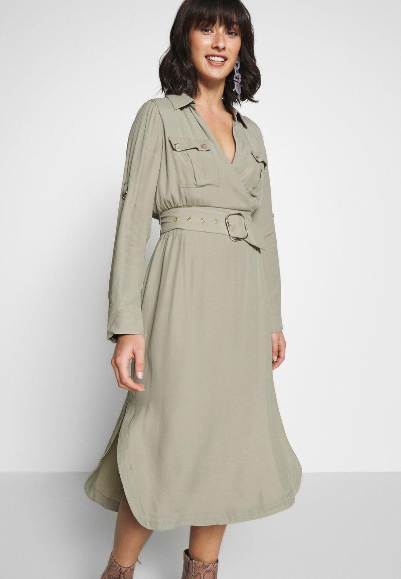 Forever New Petite IMOGEN SAFARI SHIRT DRESS - Kjole - gentle khaki