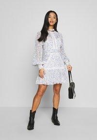 Forever New Petite - MADDISON TRIM SPLICE DRESS - Robe d'été - white - 1