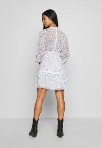 Forever New Petite - MADDISON TRIM SPLICE DRESS - Robe d'été - white - 2