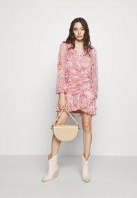 Forever New Petite - RUCHED WRAP FRILL DRESS - Vestido informal - burnt sienna - 1