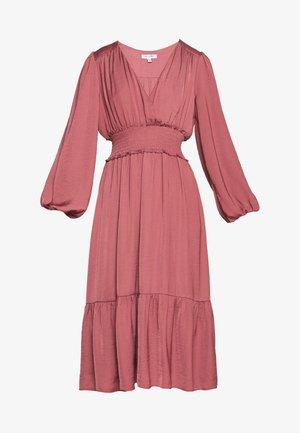 SHIRRED DRESS - Denní šaty - burnt berry