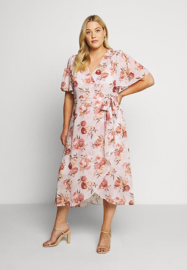 EMMALINE FLUTTER WRAP MAXI CURVE DRESS - Korte jurk - vintage blush