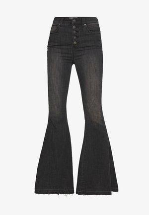 IRREPLACEABLE FLARE - Jeans a zampa - black