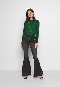 Free People - IRREPLACEABLE FLARE - Jeans a zampa - black - 1