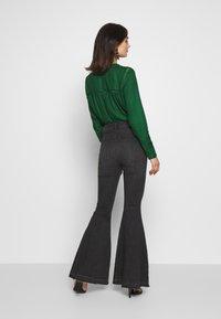 Free People - IRREPLACEABLE FLARE - Jeans a zampa - black - 2