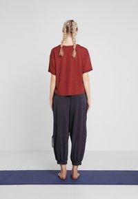 Free People - FP MOVEMENT SCORE BOXY TEE - T-shirt basique - dark red - 2