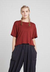Free People - FP MOVEMENT SCORE BOXY TEE - T-shirt basique - dark red - 0