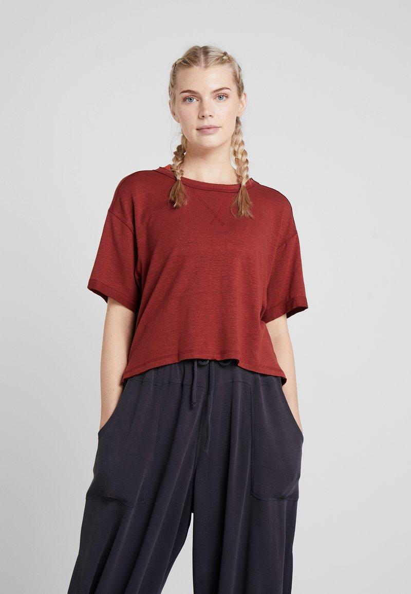 Free People - FP MOVEMENT SCORE BOXY TEE - T-shirt basique - dark red