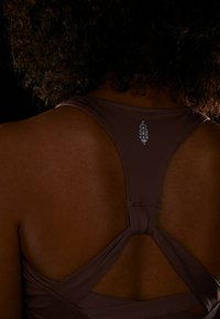 Free People - LIGHT SYNERGY CROP - Sport BH - chocolate - 3