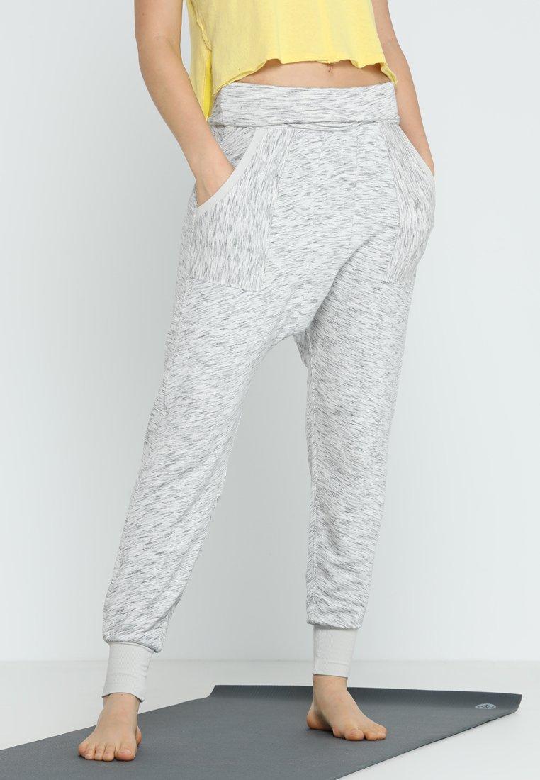 Free People - KRAVITZ HAREM - Pantalones deportivos - grey combo