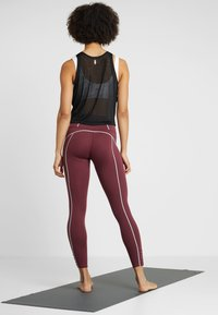 Free People - FP MOVEMENT YOURE A PEACH LEGGING - Punčochy - wine - 2