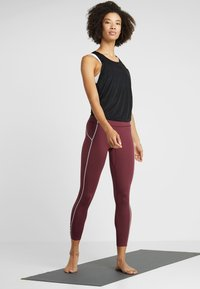Free People - FP MOVEMENT YOURE A PEACH LEGGING - Punčochy - wine - 1