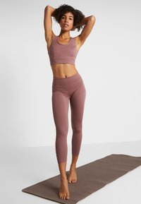 Free People - FP MOVEMENT YOURE A PEACH LEGGING - Tights - chocolate - 1