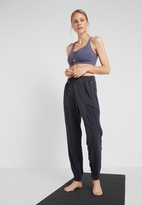 Free People - FP MOVEMENT TREKKING OUT JOGGER - Tracksuit bottoms - black - 1
