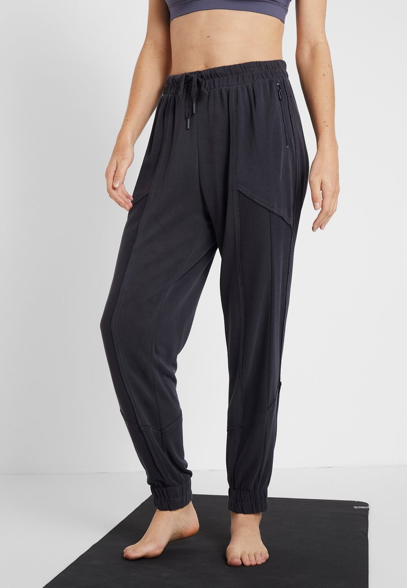 Free People - FP MOVEMENT TREKKING OUT JOGGER - Tracksuit bottoms - black