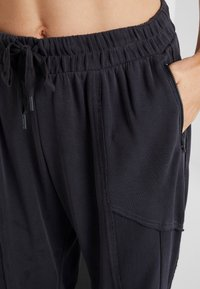 Free People - FP MOVEMENT TREKKING OUT JOGGER - Tracksuit bottoms - black - 3