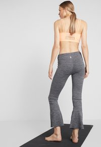 Free People - FP MOVEMENT OFF THE GRID LEGGING - Kalhoty - graphite - 2