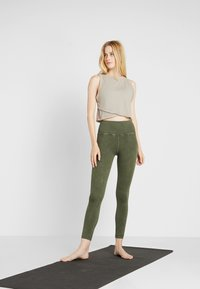 Free People - GOOD KARMA LEGGING - Medias - army - 1