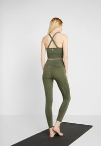 Free People - GOOD KARMA LEGGING - Medias - army - 2