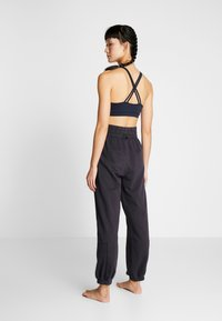 Free People - FP MOVEMENT SLOUCH IT JOGGER - Träningsbyxor - black - 2