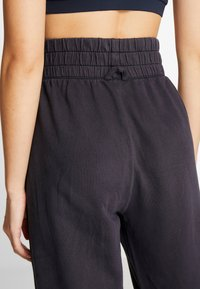 Free People - FP MOVEMENT SLOUCH IT JOGGER - Träningsbyxor - black - 3