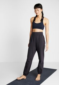 Free People - FP MOVEMENT SLOUCH IT JOGGER - Träningsbyxor - black - 1