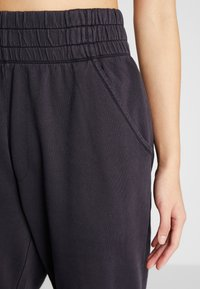 Free People - FP MOVEMENT SLOUCH IT JOGGER - Träningsbyxor - black - 6