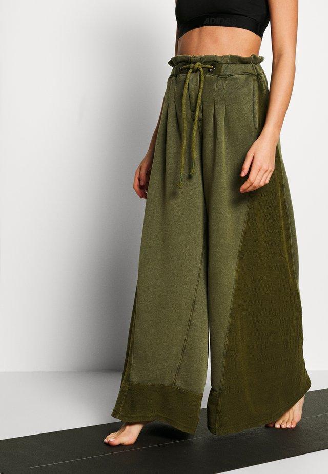 HALF COURT WIDE LEG - Teplákové kalhoty - olive