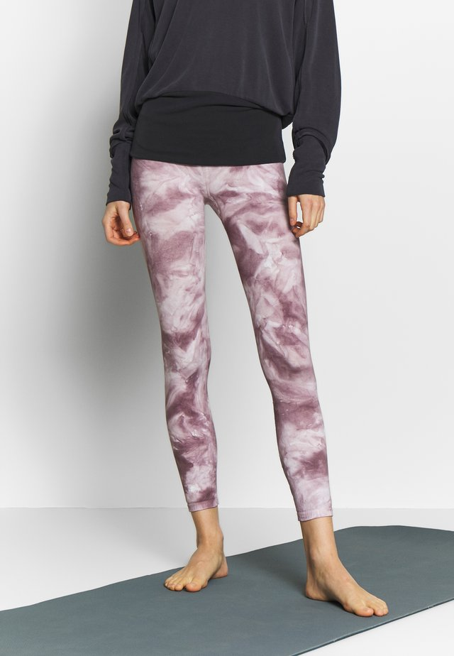 GOOD KARMA TIE DYE LEGGING - Punčochy - purple