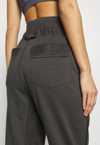 Free People - HEARTBEAT PANT - Joggebukse - dark grey - 3