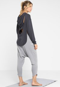Free People - FP MOVEMENT BACK INTO IT HOODIE - Mikina s kapucí - black - 0