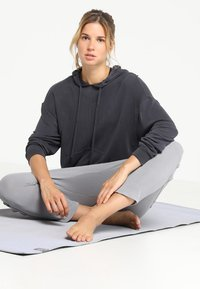 Free People - FP MOVEMENT BACK INTO IT HOODIE - Mikina s kapucí - black - 1