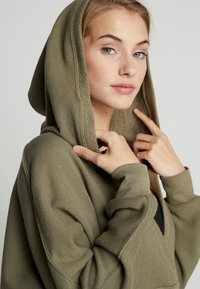 Free People - FP MOVEMENT REYES HOODIE SOLID - Sweat à capuche - army - 4
