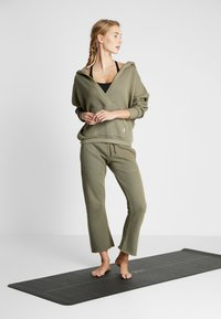 Free People - FP MOVEMENT REYES HOODIE SOLID - Sweat à capuche - army - 1