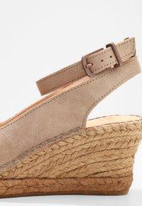 Fred de la Bretoniere - Korkeakorkoiset sandaalit - sand - 6