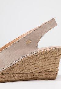 Fred de la Bretoniere - Korkeakorkoiset sandaalit - sand - 2