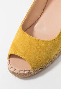 Fred de la Bretoniere - Korkeakorkoiset sandaalit - yellow - 2