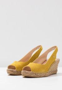 Fred de la Bretoniere - Korkeakorkoiset sandaalit - yellow - 4