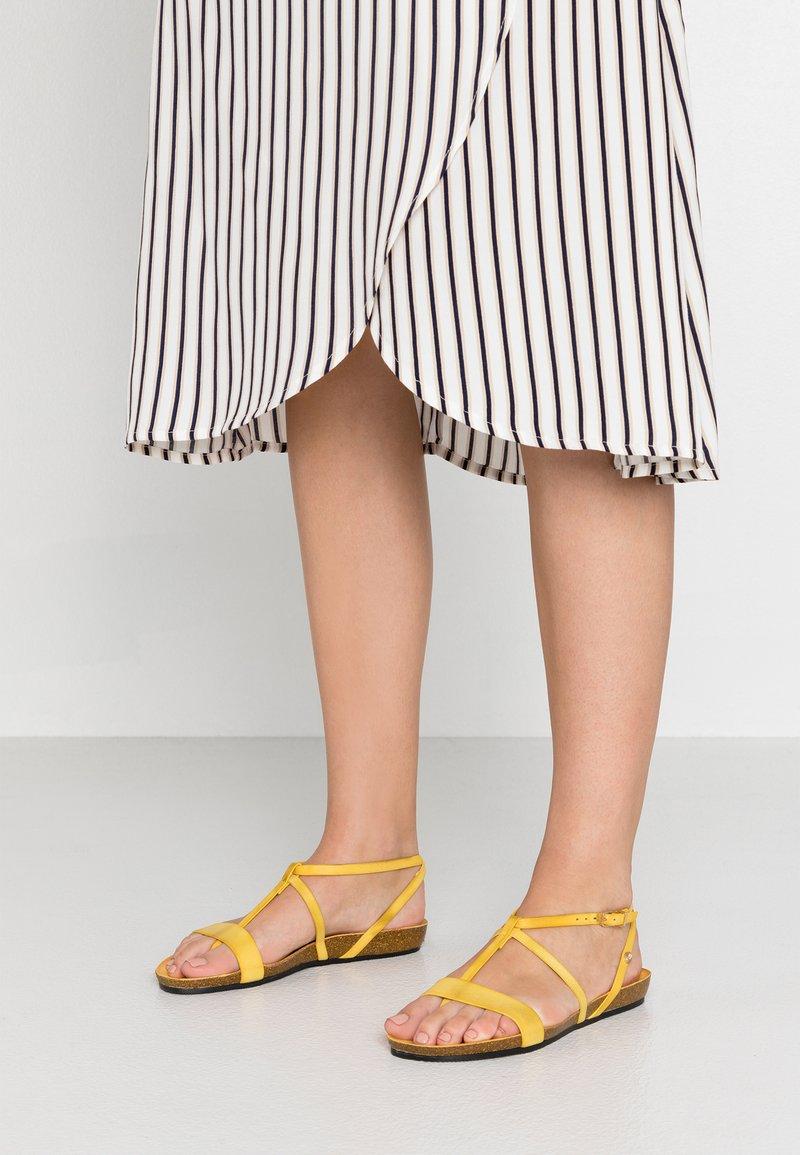 Fred de la Bretoniere - T-bar sandals - yellow