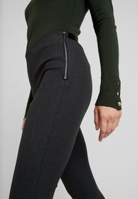 French Connection - CALIMERO MINI DOGTOOTH - Leggings - Trousers - grey - 6