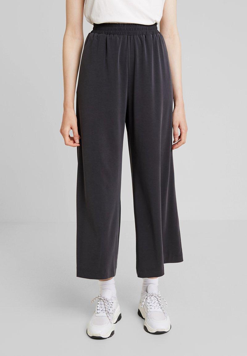 French Connection - RENYA CUPRO CULOTTES - Pantalones - black
