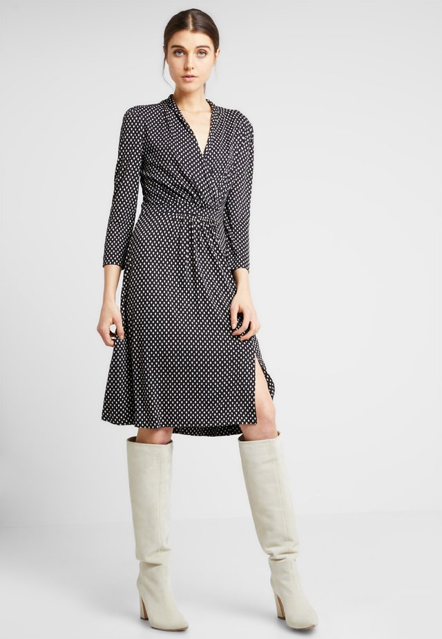 CARESSA MEADOW WRAP - Sukienka z dżerseju - utility blue